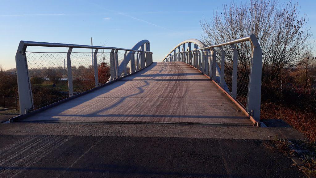 Fahrradpendler im Kölner Norden - Raureif auf der Neulandbrücke in Leverkusen
