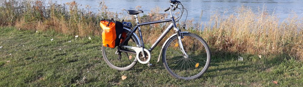 Fahrradpendler im Kölner Norden - Am Rhein in Leverkusen