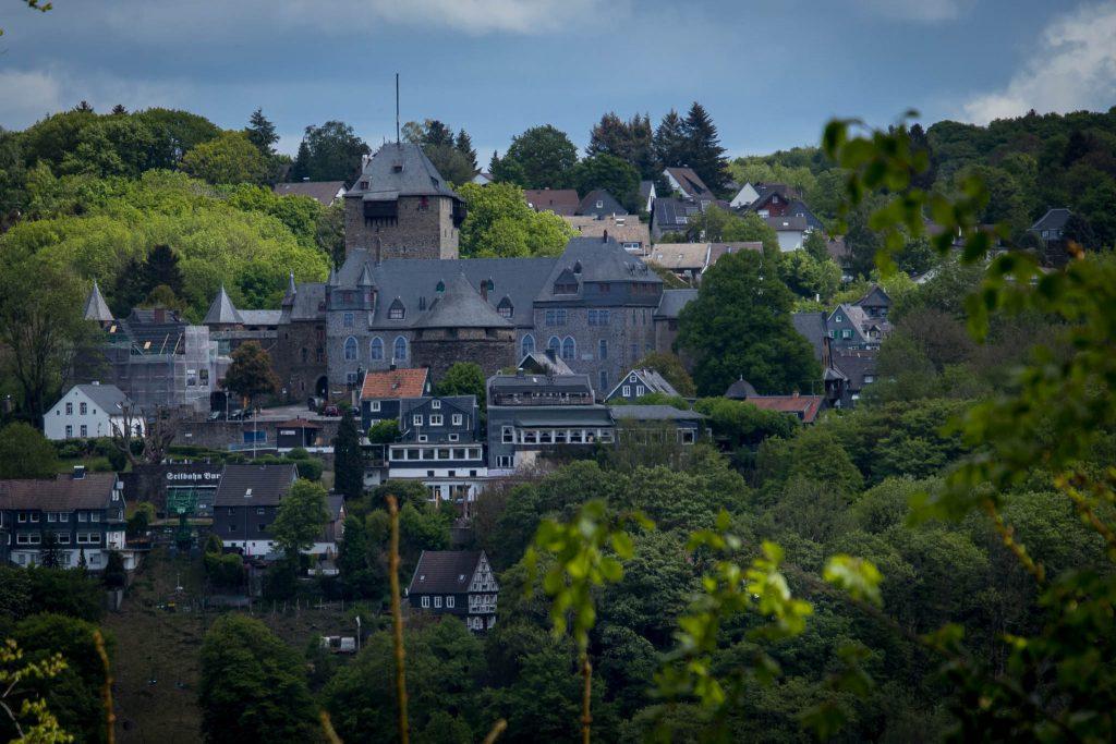 Wandern rund um die Sengbachtalsperre - Blick auf Schloss Burg