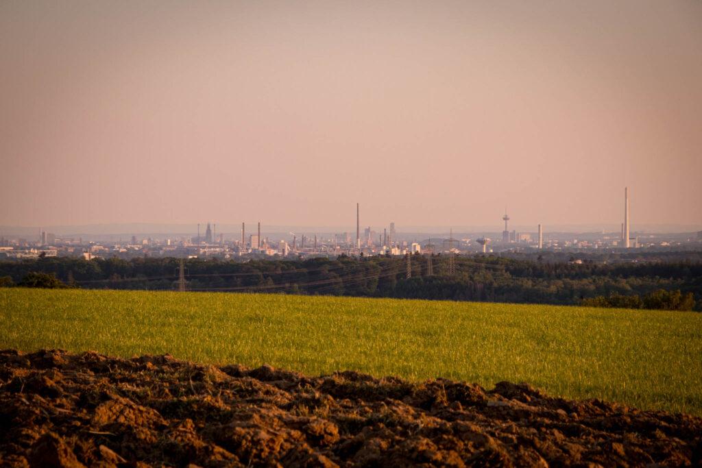 Unterwegs im Bergischen Wanderland: Streifzug Nr. 4 - Leichlinger Obstweg - Blick auf das abendliche Köln