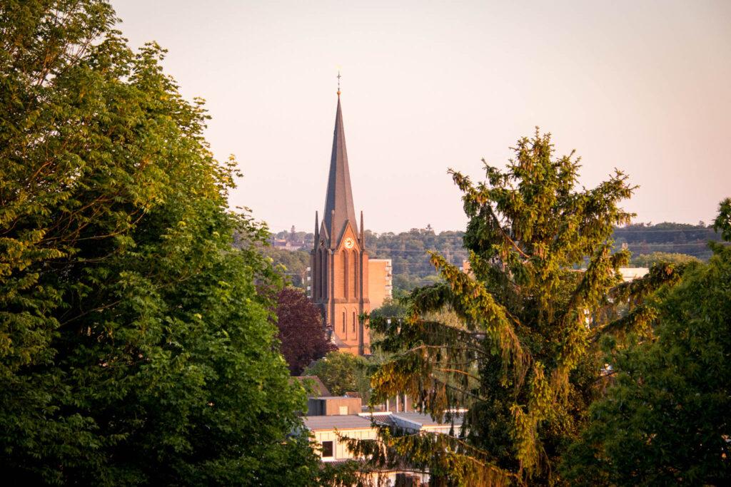 Unterwegs im Bergischen Wanderland: Streifzug Nr. 4 - Leichlinger Obstweg - Blick auf  St. Johannes Baptist, Leichlingen