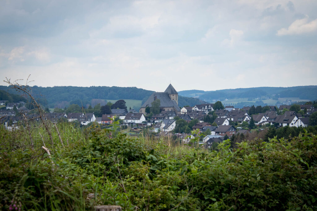 Unterwegs in Lindlar Scheel zwischen Zwergenhöhle, Ruine Burg Eibach und Ruine Burg Neuenberg - Ausblick