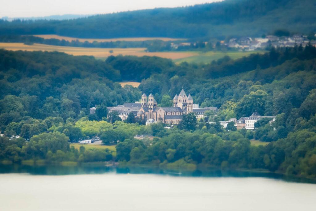 Wanderung um den Laacher See - Ausblick vom Lydiaturm auf die Abtei Maria Laach