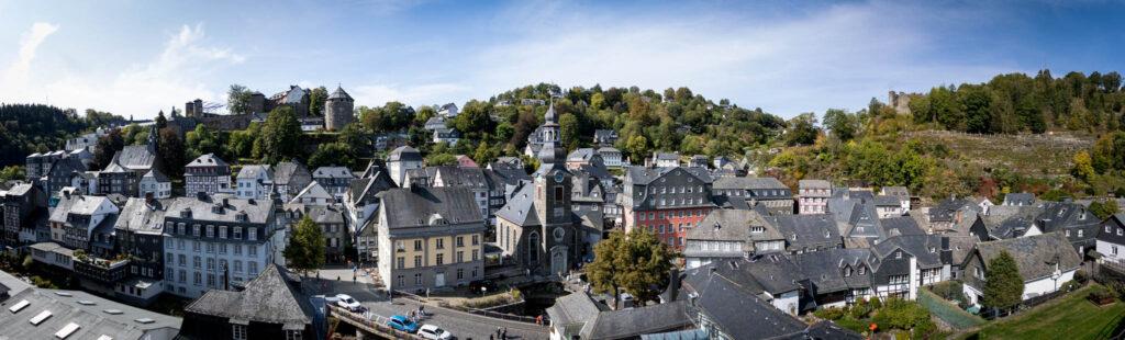 Wandern in Monschau - Panorama über Monschau mit Burg Monschau und Burgruine Haller