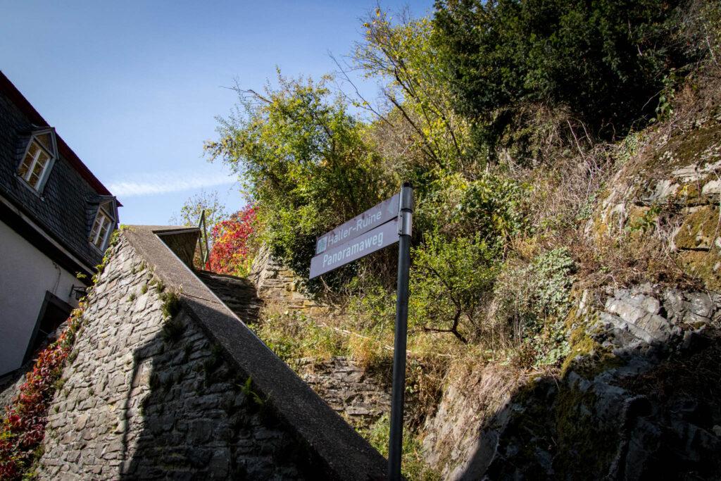 Wandern in Monschau - Wegweiser zur Burgruine Haller