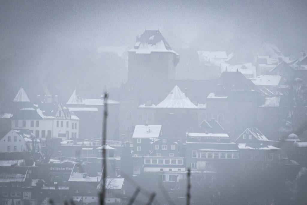 Unterwegs auf einer kleinen Winterwanderung zur Sengbachtalsperre. Blick auf Schloss Burg.