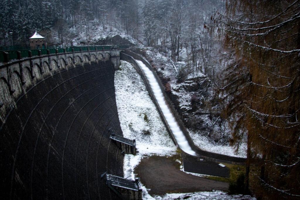 Winterwanderung von Solingen Glüder über die Sengbachtalsperre und den Diederichstempel nach Schloss Burg